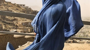 Les femmes afghanes subissent constamment des attaques des talibans. Femmes afghanes en burqa à Kaboul, juin 2008.