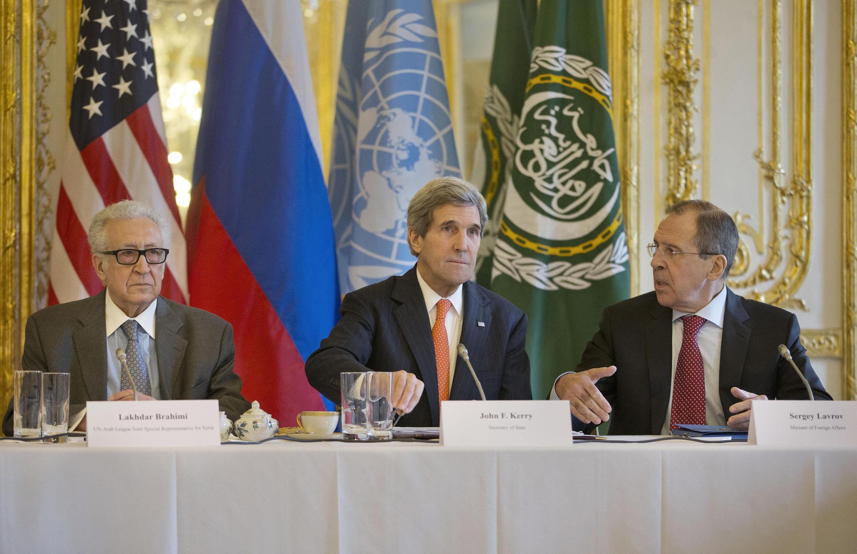 Ngoại trưởng Mỹ John Kerry (G) và đồng nhiệm Nga Sergei Lavrov (P) cùng Đặc sứ Lakhdar Brahimi trong cuộc họp ở tư dinh đại sứ Mỹ tại Paris, 13/01/2014