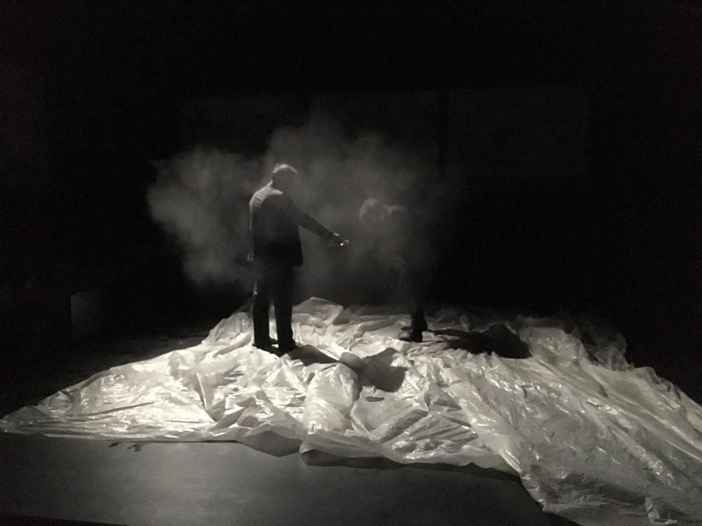 Cena da peça Abnegação que fica em cartaz até dia 3/10 no teatro Monfort em Paris