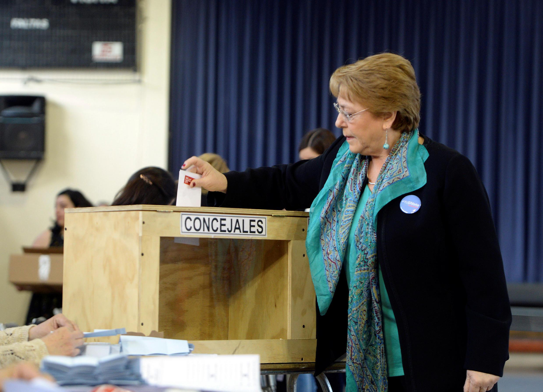 La présidente chilienne Michelle Bachelet en plein vote à Santiago, dimanche 23 octobre 2016.