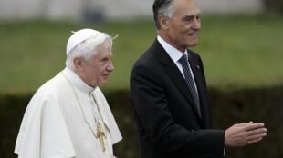 O papa Bento 16 com o presidente Aníbal Cavaco Silva .