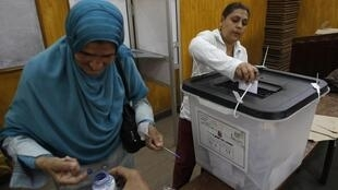 Egyptian women cast their votes inside a polling station in Cairo 23 May 2012