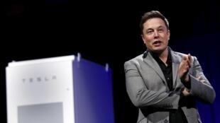 Elon Musk, le patron de Tesla, se retire du Président du conseil d'administration mais reste directeur général.