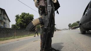 Un soldat ivoirien dans le quartier de Yopougon, décembre 2012.