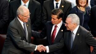 El Presidente de Perú Pedro Pablo Kuczynski (izquierda), saluda a su par de Brasil, Michel Temer en presencia del mexicano, Enrique Peña Nieto, durante la toma de posesión de Sebastián Piñera. Valparaiso, 11 de marzo 2018
