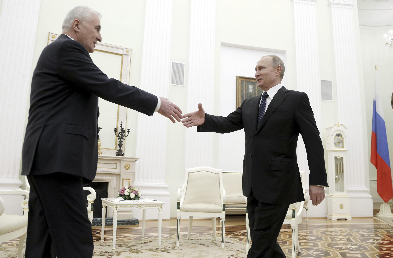 Президент Южной Осетии Леонид Тибилов и Владимир Путин в Кремле 18/03/2015