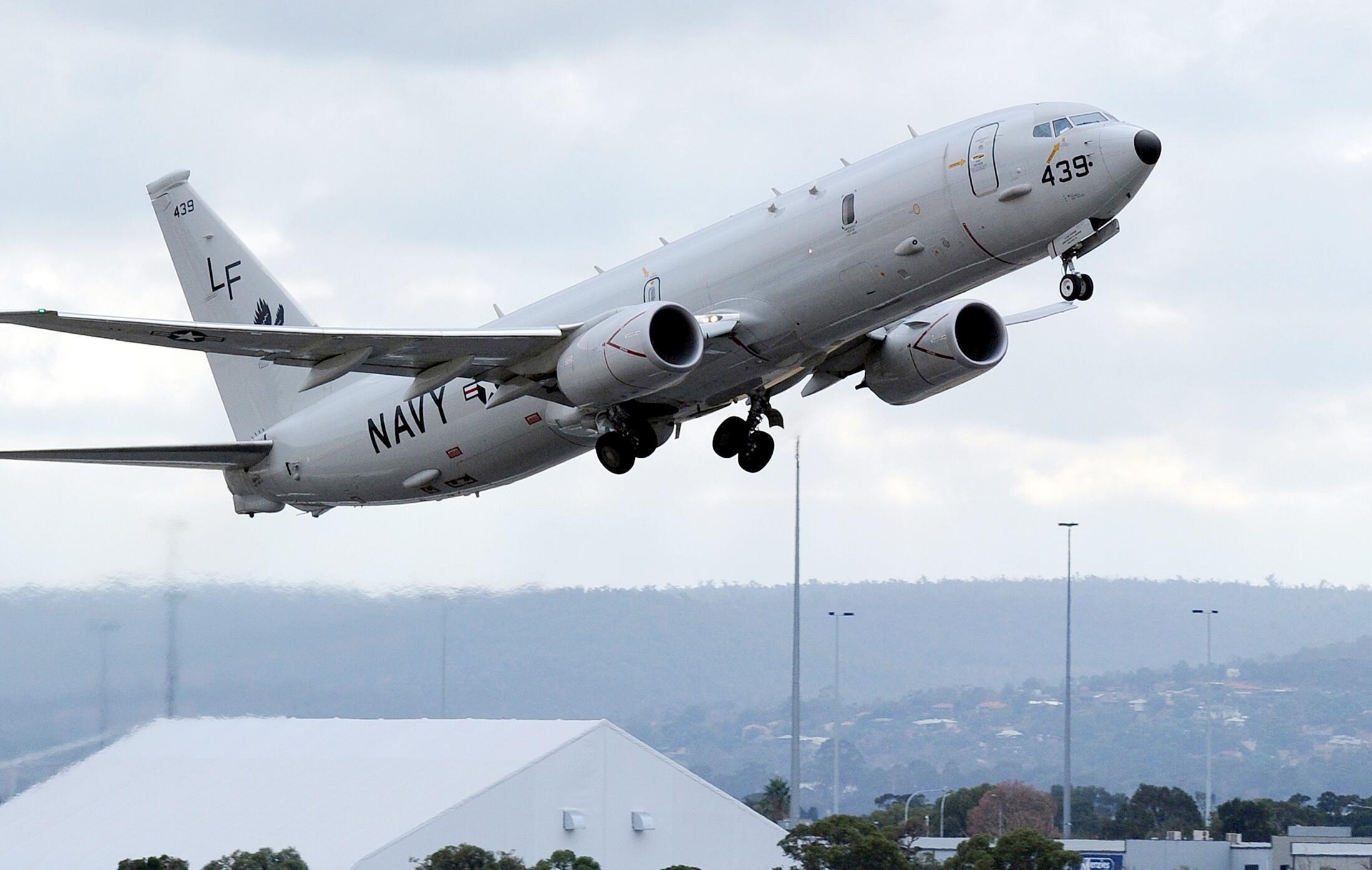 Một chiếc U.S. Navy P-8 Poseiden của Mỹ đang cất cánh từ sân bay quốc tế Perth, ngày 16/04/2014.