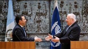El presidente de Guatemala, Jimmi Morales, junto a su par israelí Reuven Rivlin, el 28 de noviembre de 2016 en Jerusalén.