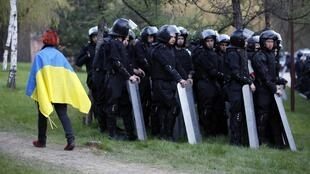 A Donetsk, dans l'est du pays, une manifestation de soutien à Kiev s'est déroulée le 17 avril aIors que les négociateurs internationaux pour l'Ukraine étaient réunis à Genève.