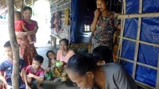 Des familles ayant fui le conflit entre la rébellion de l'Arakan Army et l'armée birmane, le 29 juin 2020. Cette dernière a brûlé des villages accusés d'aider la rébellion.