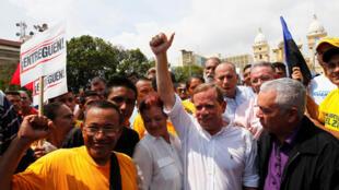 Juan Pablo Guanipa, gouverneur de l'Etat de Zulia, entouré par ses partisans, le 24 octobre 2017