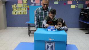 یک خانوادۀ عرب اسرائیلی پای صندوق رای