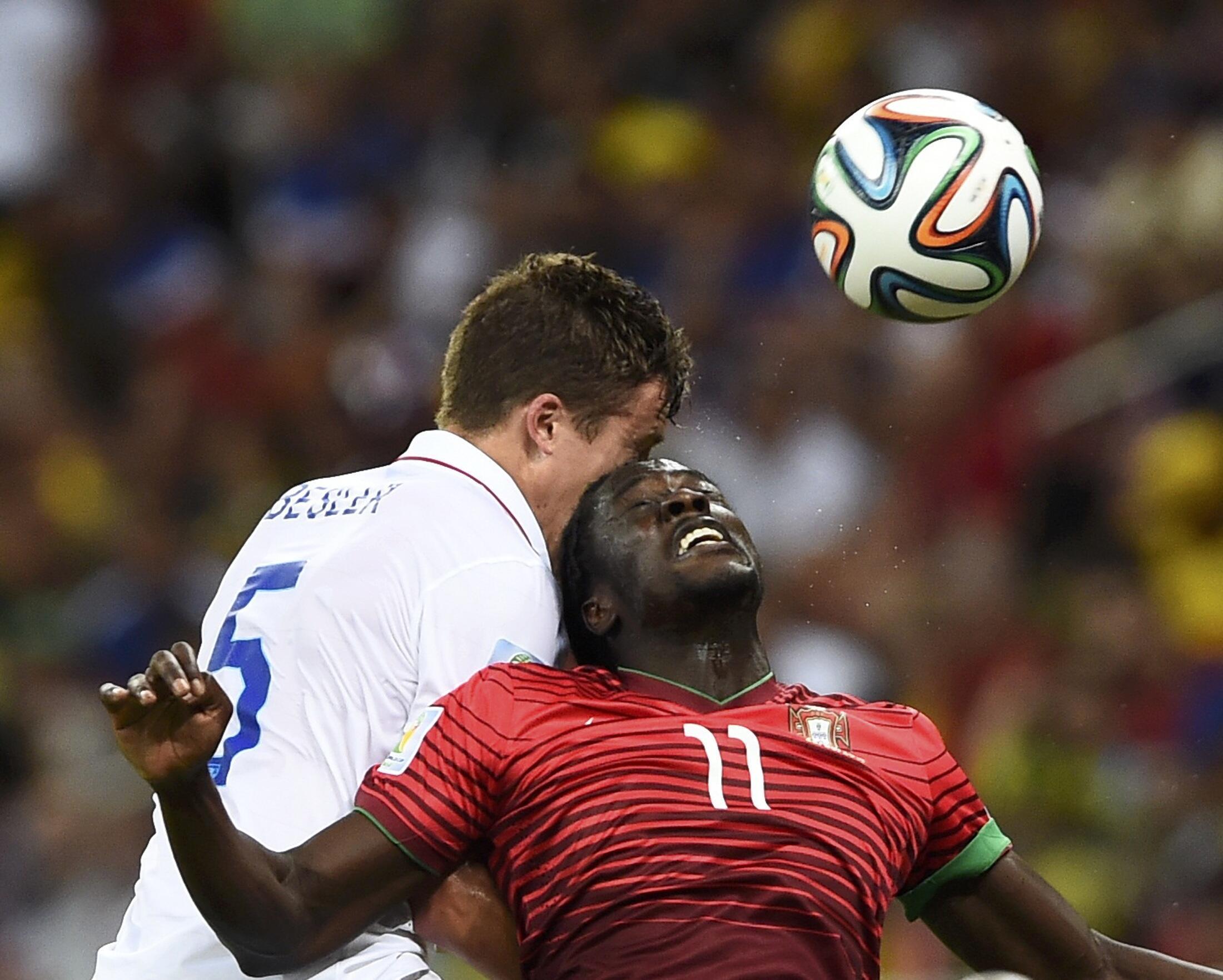 Cầu thủ Bồ Đào Nha Eder (áo đỏ) giành banh với tuyển thủ Mỹ Matt Besler - Reuters /Dylan Martinez