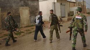 Soldados do regime de Bachar al-Assad perto de Alepo
