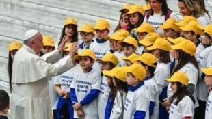 教宗方济各和儿童合唱团在一起      2018年12月19日