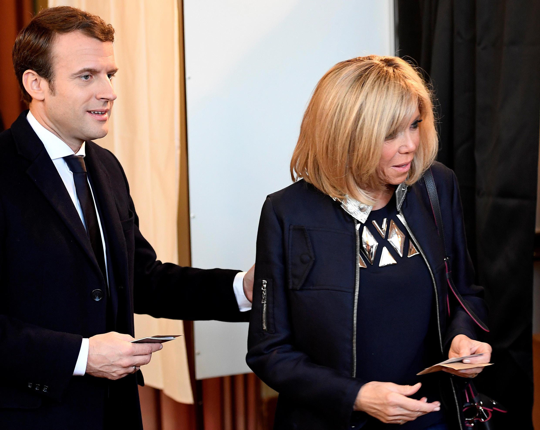 Ông Emmanuel Macron và bà Brigitte đi bỏ phiếu vòng hai tại Le Touquet, Pháp ngày 07/05/2017.