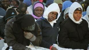 Crianças imigrantes aguardam atendimento na Itália.