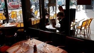 Foto de archivo tomada el 6 de octubre de 2020, muestra a clientes con mascarillas pidiendo comidas en la terraza de un restaurante en París, en el día de implementación de nuevas medidas sanitarias destinadas a frenar la propagación del brote de Covid-19 (nuevo coronavirus). en la capital francesa