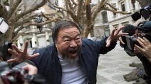 L'artiste chinois Ai Weiwei lors de l'inauguration de la rétrospective qui lui est dédiée à la Royal Academy of Arts de Londres.