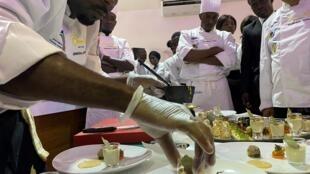 La composition de l'assiette était elle aussi évaluée : le dressage est minutieux pour l'équipe du chef Omar Thomas, un des concurrents. Photo prise au concours du Bocuse d'Or, le 29 février 2020 à Dakar.