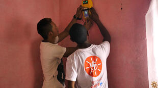 Le boîtier du kit solaire permet à Mahery d'obtenir de la lumière et de charger son téléphone quand il le désire.