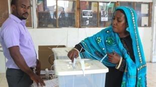 Une électrice de Moroni vote lors du second tour des législatives aux Comores, le 23 février 2020.