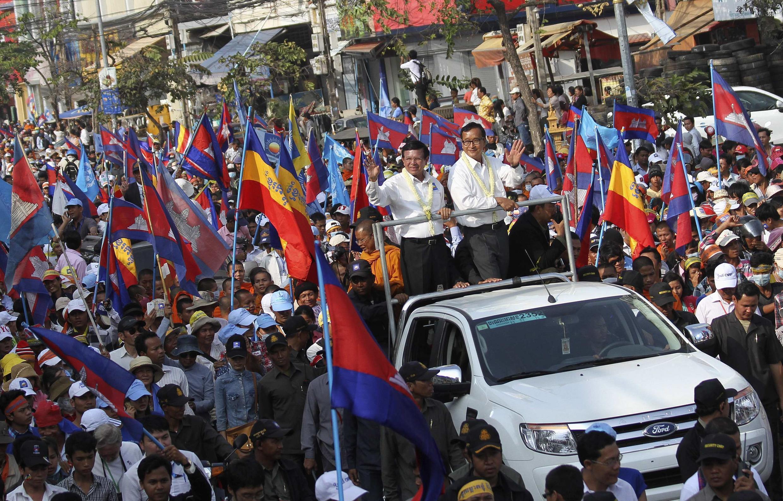 Sam Rainsy (centre D), président du CNRP, et Kem Sokha, vice-président du CNRP (centre G) pendant la manifestation. Phnom Penh, le 29 décembre 2013.