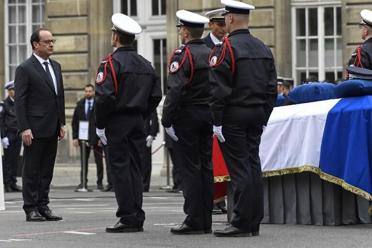 François Hollande diante do caixão de Xavier Jugelé, no pátio da sede da polícia francesa, em Paris - 25 de Abril de 2017.