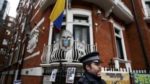 一名警官在厄瓜多尔驻伦敦使馆外  2016. 11 14