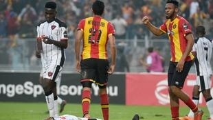 Os jogadores do Espérance de Tunis, vestidos de vermelho e amarelo, festejam o apuramento para a final perante os atletas angolanos.