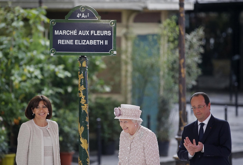 El presidente François Hollande y la alcaldesa Anne Hidalgo rebautizaron el histórico Mercado de flores de París con el normbre de la reina.