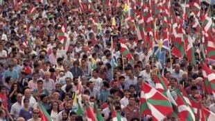 巴斯克地区民众大规模上街示威要求与法国政府展开地方独立的协商  2006年4月26日