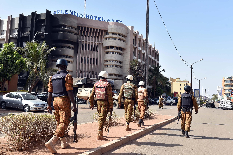 Des soldats burkinabè patrouillent aux alentours du Splendid Hôtel, après l'attaque jihadiste qui a visé l'établissement et un café-restaurant.