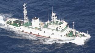 日本海上巡逻艇拍摄的一艘正在钓鱼岛附近巡逻的中国渔政船。(资料图片)2012年7月12日