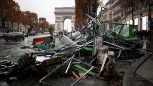 Quang cảnh tan hoang trên đại lộ Champs-Elysées sau cuộc biểu tình và các màn bạo động của phe Áo Vàng ngày 25/11/2018.