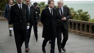 Le président français Emmanuel Macron, le 17 mai 2019 à Biarritz, en compagnie du maire de la ville, Michel Veunac.