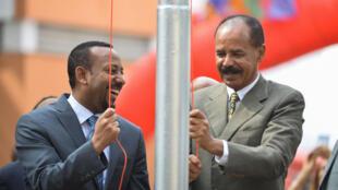 Le président érythréen Issaias Afewerki et le Premier ministre éthiopien Abiy Ahmed hissent le drapeau érythréen lors d'une cérémonie d'inauguration marquant la réouverture de l'ambassade d'Érythrée à Addis-Abeba, le 16 juillet 2018 (image d'illustration).