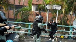 Ảnh minh họa: Cảnh sát chận bắt sinh viên ở khu ký túc xá Đại học Bách Khoa Hồng Kông,18/11/2019.
