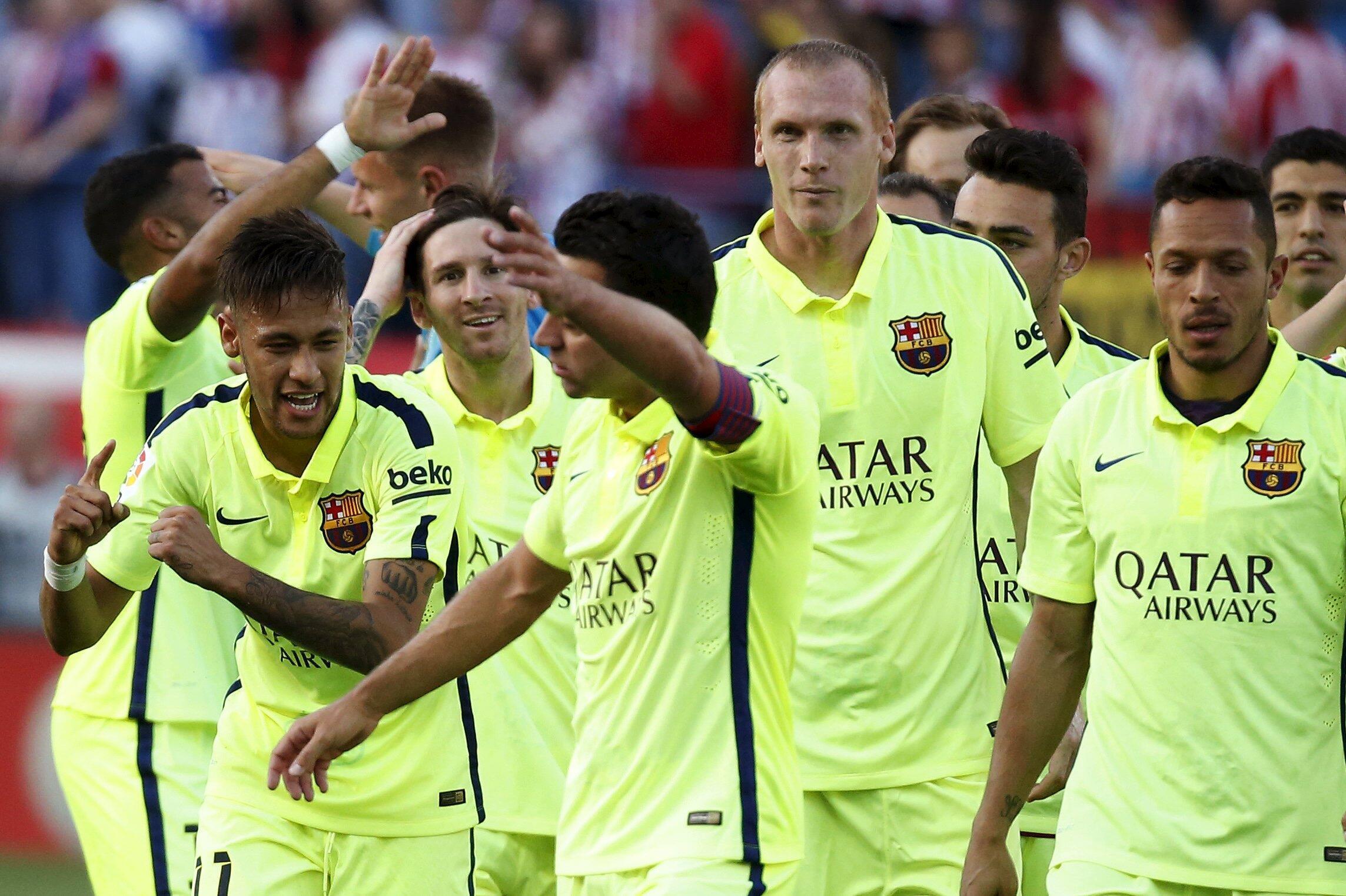 Neymar (esquerda) foi um dos mais animados na celebração da conquista do Campeonato Espanhol pelo Barcelona neste domingo (17). conqi