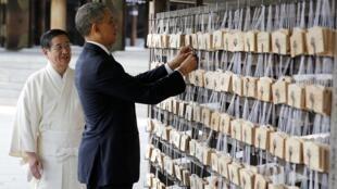 O presidente Barack Obama em visita ao santuário Meiji Shrine, em Tóquio