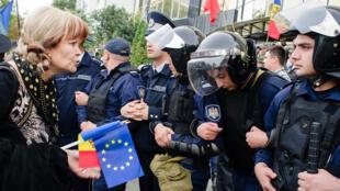 Après le rassemblement du 4 octobre, des manifestants ont voulu prendre d'assaut le Global business center, un immeuble de bureaux appartenant à Vlad Plahotniuc, un oligarque et homme d'affaires symbolisant la corruption de la Moldavie.