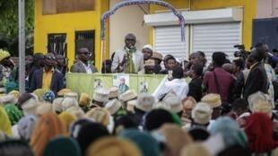 Le candidat Mahamoud Ahamada lors d'un meeting dans le village de Mitsamiouli, le 18 mars.