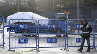 A polícia cercou o local do atentado de ontem (17), no centro de Ancara.