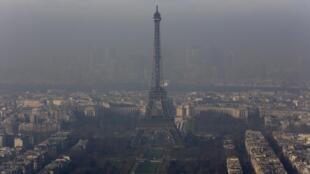 La torre Eiffel envuelta en una nube de contaminación atmosférica, el 12 diciembre 2013.
