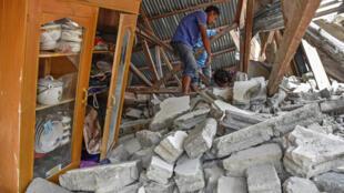 Algumas casas da ilha de Lombok foram completamente destruídas pelo terremoto deste domingo (29).