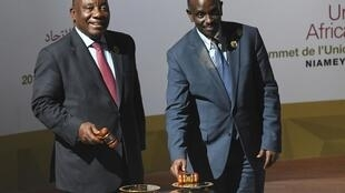 Le président sud-africain Cyril Ramaphosa et le ministre rwandais des Affaires étrangères Richard Sezibera lors du sommet de l'Union africaine au Palais des Congrès, à Niamey, le 7 juillet 2019.
