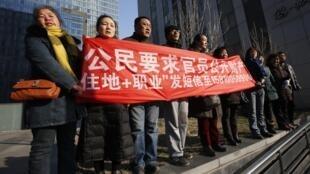 2014年1月22日,新公民運動參與者在北京市一中院門前表達訴求。