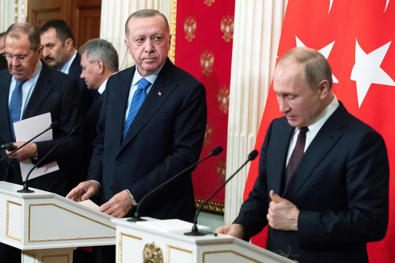 Tổng thống Nga Vladimir Putin (P) và đồng nhiệm Thổ Nhĩ Kỳ Tayyip Erdogan trong cuộc họp báo chung, Matxcơva, ngày 05/03/2020
