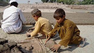 No Afeganistão, mais da metade dos empregados das fábricas de tijolos são crianças que trabalham ao lado dos pais, segundo a Organização Internacional do Trabalho (OIT).