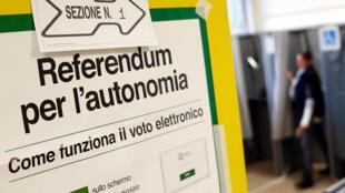 Un póster da las instrucciones para votar en el referéndum por la autonomía de la Lombardía en Italia, el 22 de octubre de 2017.